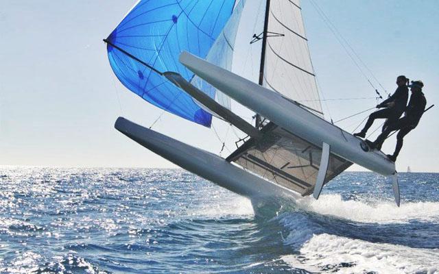 Зрелищно, акробатично, молодёжно, купание в адреналине: Nacra 17 под геннакером на волне (не виндсёрфинг)