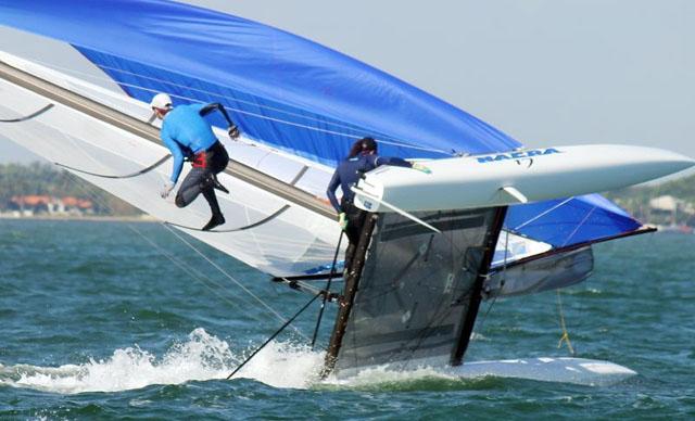 Зрелищно, акробатично, молодёжно, купание в адреналине: Nacra 17 ложится с разбрасыванием экипажа (не виндсёрфинг)